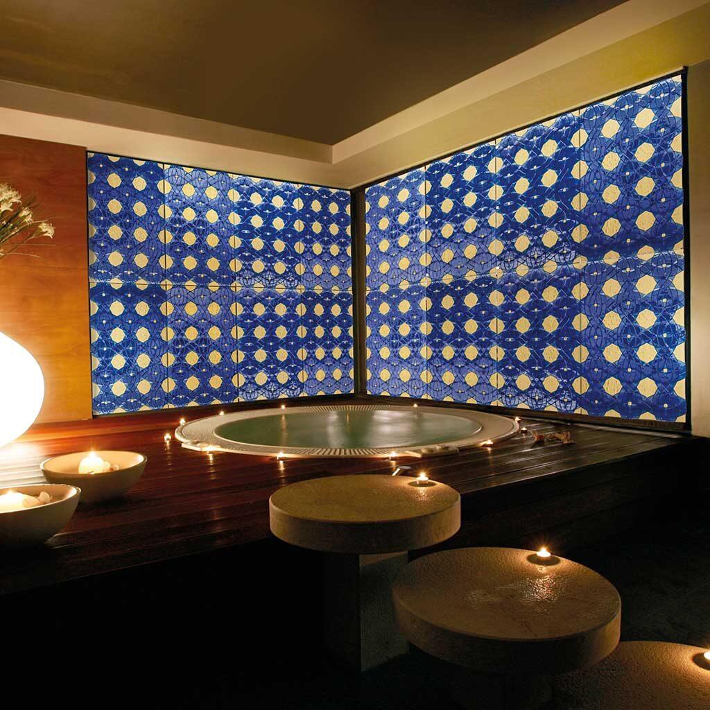 Jacuzzi decorata con pannelli in vetro di Murano